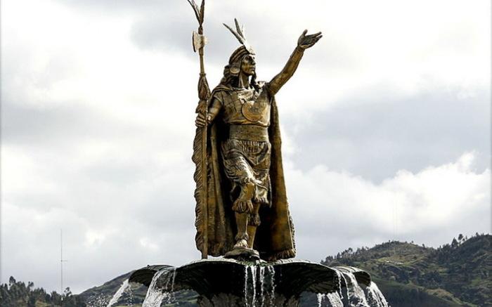 Памятник правителю Империи Инков Пачакутеку в Куско, Перу